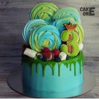 Синий торт с разноцветным зефиром