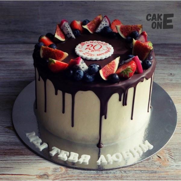 Торт с шоколадной глазурью и ягодным венком