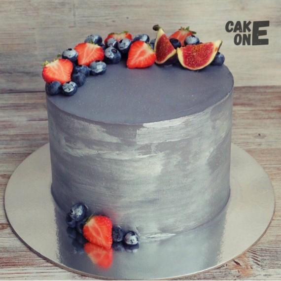 Серый торт с ягодой