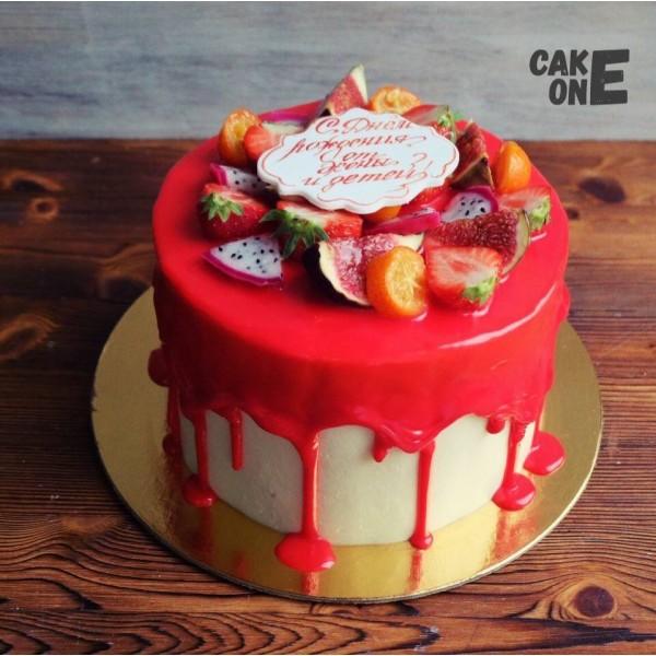 Торт с красной глазурью и ягодой