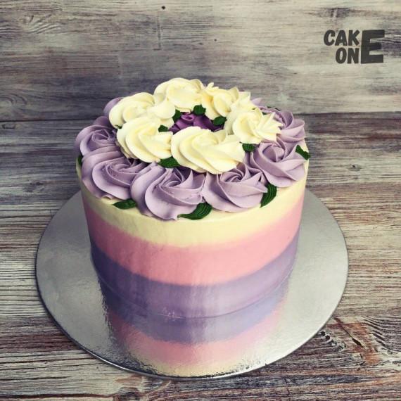 Трехцветный торт с венком из цветов