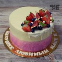 Двухцветный торт с ягодой