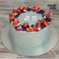Серый торт с ягодным венком