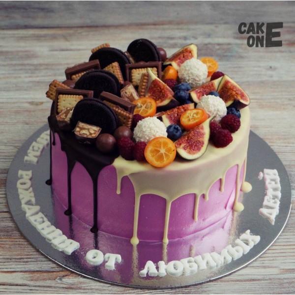 Розовый торт с ягодой и печеньем