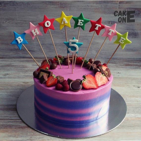 Двухцветный торт с венком из сладостей