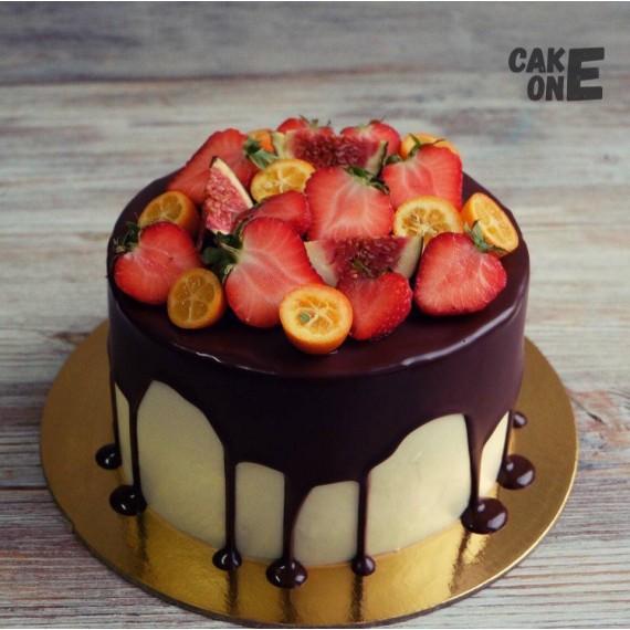 Торт с шоколадной глзурью и ягодой