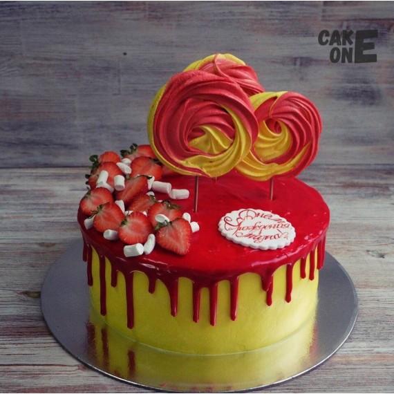 Желтый торт с красной глазурью и зефиром