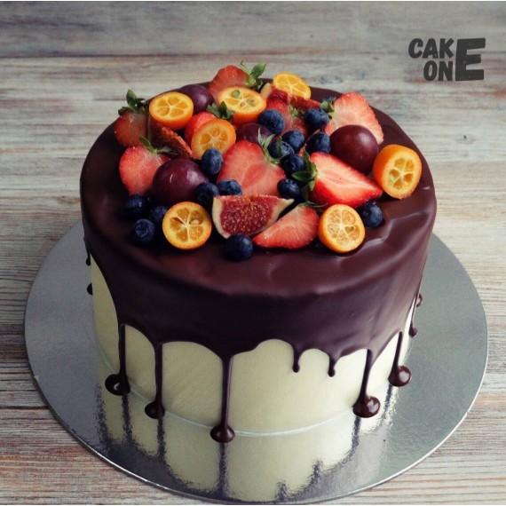 Торт с ягодой и глазурью