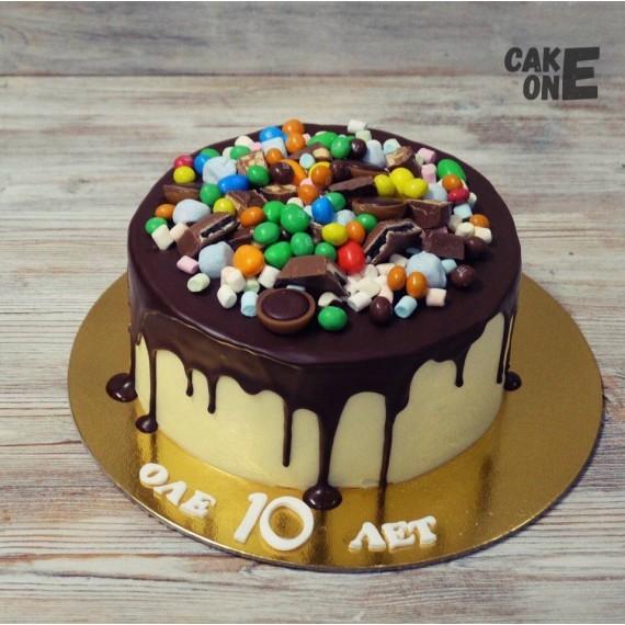 Торт с шоколадной глазурью и сладостями