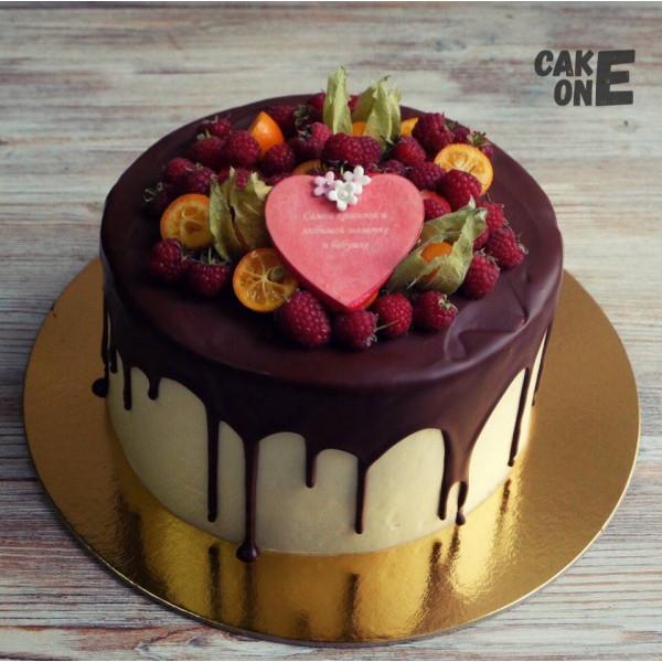 Торт с ягодой и красным сердечком
