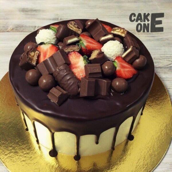 Торт с шоколадом и ягодой