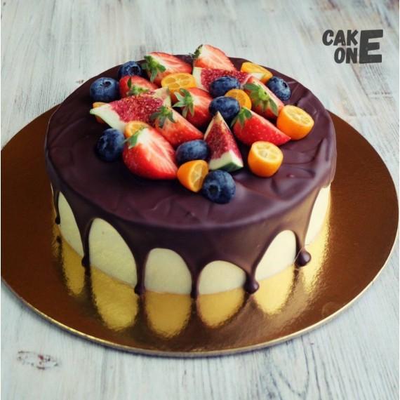 Торт с глазурью и ягодой