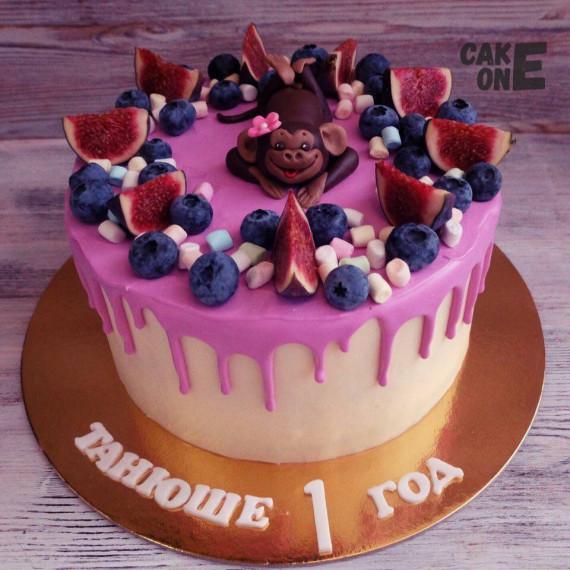 Торт с ягодой и обезьянкой