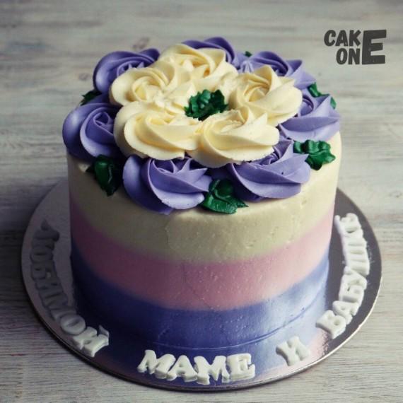 Трехцветный торт с цветочным венком