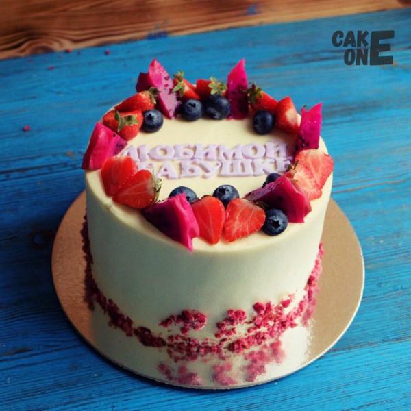 Торт для бабушки с ягодным венком